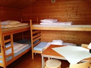 Två våningssängar med filtar och kuddar!
