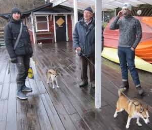 Hamnkaptenen men bistånd av de två hundhamnkaptenerna pratar med medlemmar.