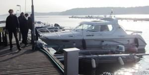 En av de sista båtarna som till slut hittade ström för att ladda batterierna och ta sig vidare.