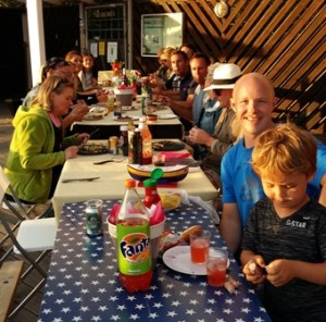Efter båtparaden var det härligt med mat!