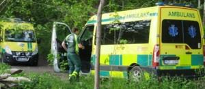 En av ambulanserna har lyckats vända på sig.