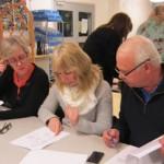Medlemmar ur äldre styrelser kollar verksamhetsberättelsen!