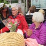 Camilla ger blommor till vår medlem Kjell!