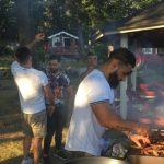 Faddi har middag för sina 13 kompisar och med sig hade de 10 kg kött och 30 kg godis .