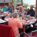 Midsommar lunchen intogs på altanen.