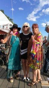 Tre välkomnande damer!