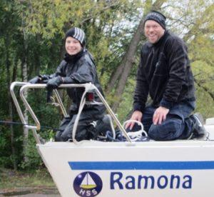 Sonen visar sin far hur man tar upp en båt som sjöscout. Fadern återfinns som vice vaktchef i GBS.