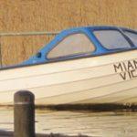 Kvarglömd båt i hamnen.